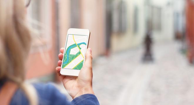 smartphone_frau_karte_Navigation_stadt_shutterstock_214614757