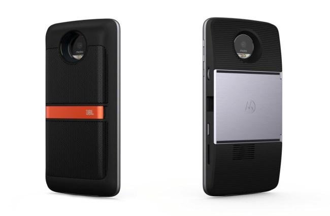 """Dem neuen Smartphone """"Moto Z"""" kannst du durch Zusatzmodule unter anderem bessere Lautsprecher (links) oder einen Projektor (rechts) spendieren. (Foto: Motorola)"""