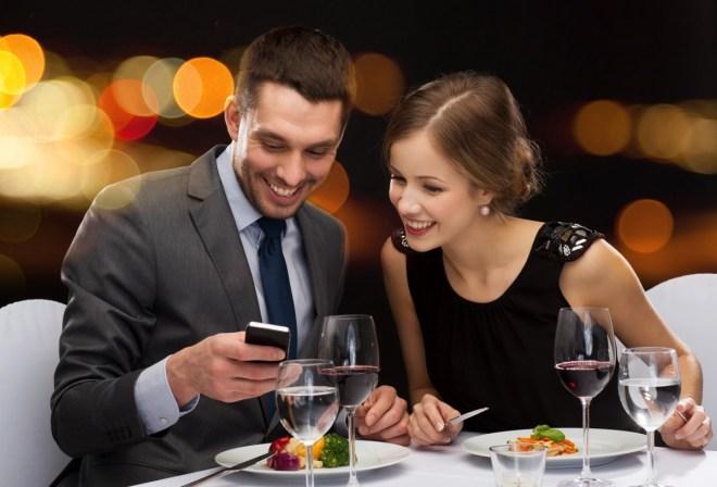 Nur 27% nutzen das Handy in einem Restaurant? Das wollen wir nicht glauben. (Foto: Shutterstock/Syda Productions)