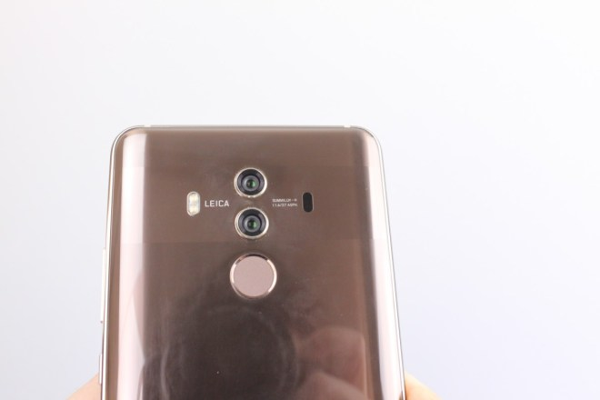 Hochglanz-Rücken Huawei setzt erstmals auf Glas. Gut zu erkennen: Ganz sauber wird die Rückseite leider nie.