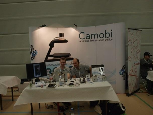 Die Camobi-Hardware filmt den Bildschirminhalt des Telefons ab, und gibt ihn per VGA an einen Beamer aus (Bildquelle: Tamoggemon Holding k.s.)