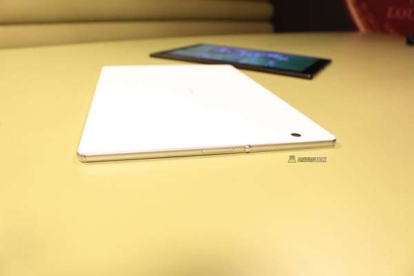 Xperia Z4 Tablet lateral