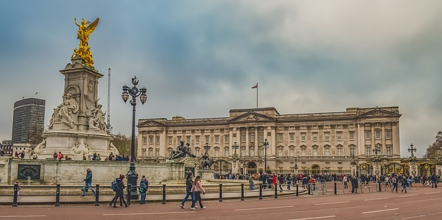 Buckingham Palace Square Statue