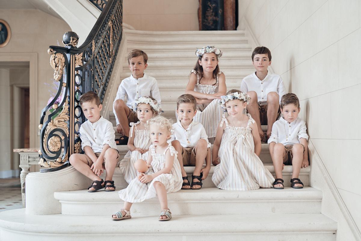 les enfants d'honneur attendent en bas de l'escalier du chateau de craon