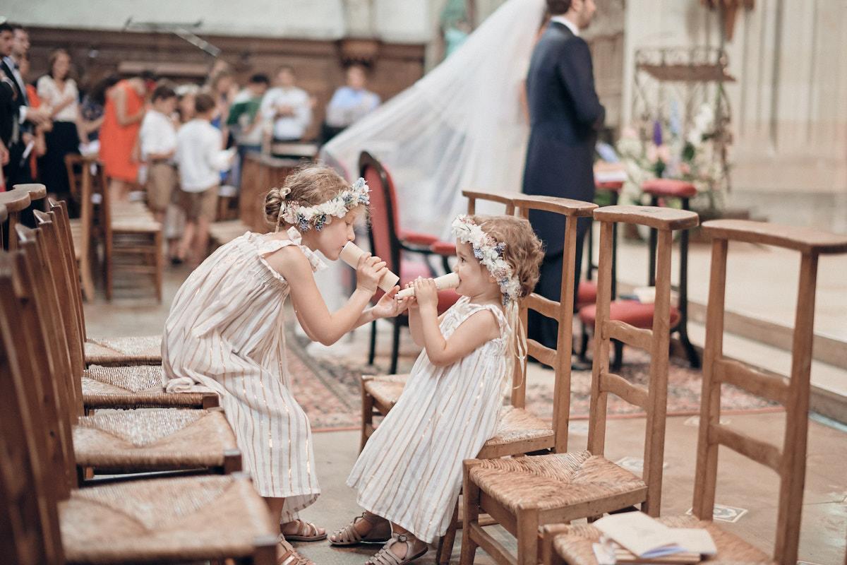 deux enfants d'honneur jouent dans l'église de craon pendant le mariage