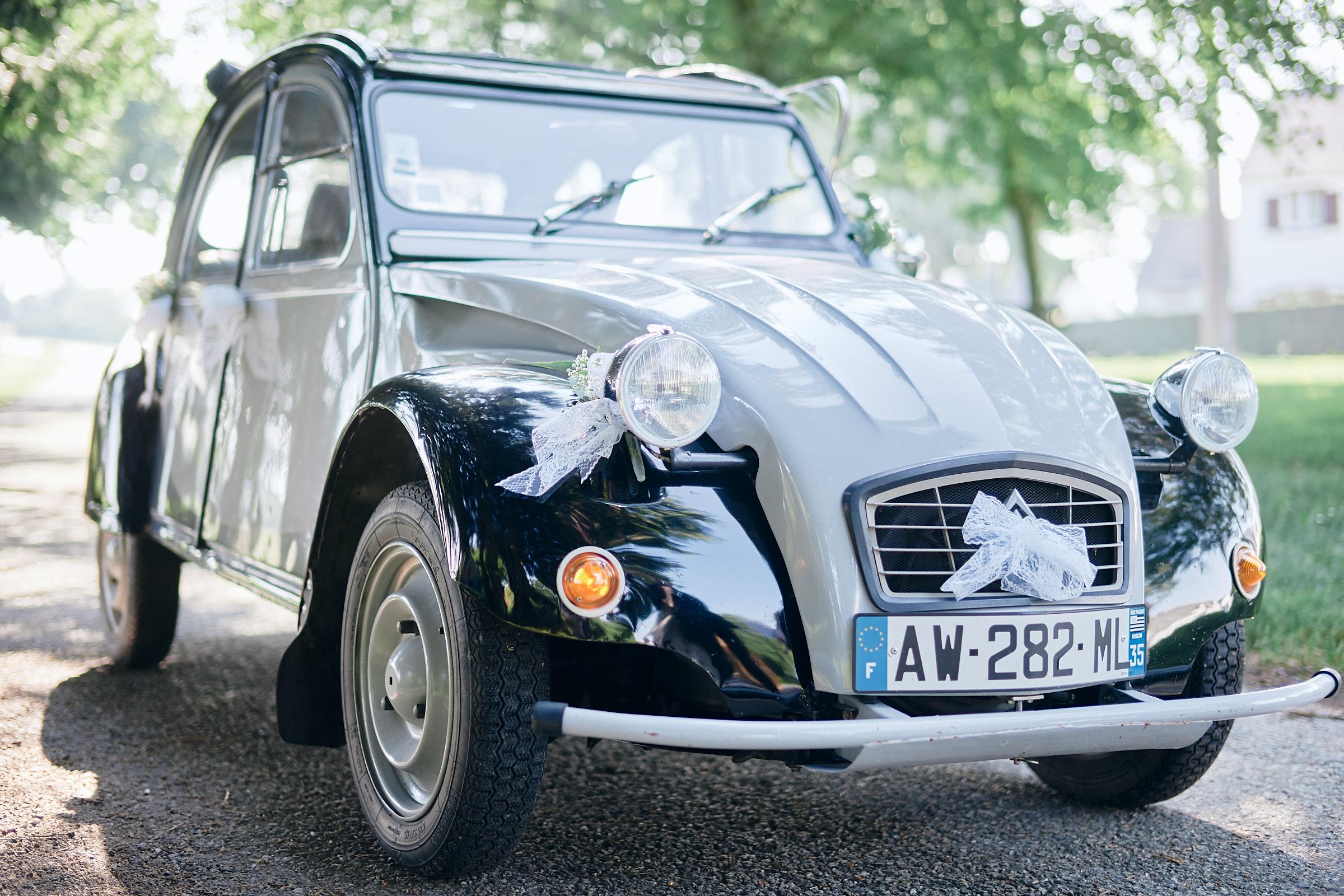 la voiture des mariés est un véhicule de collection : citroën 2CV