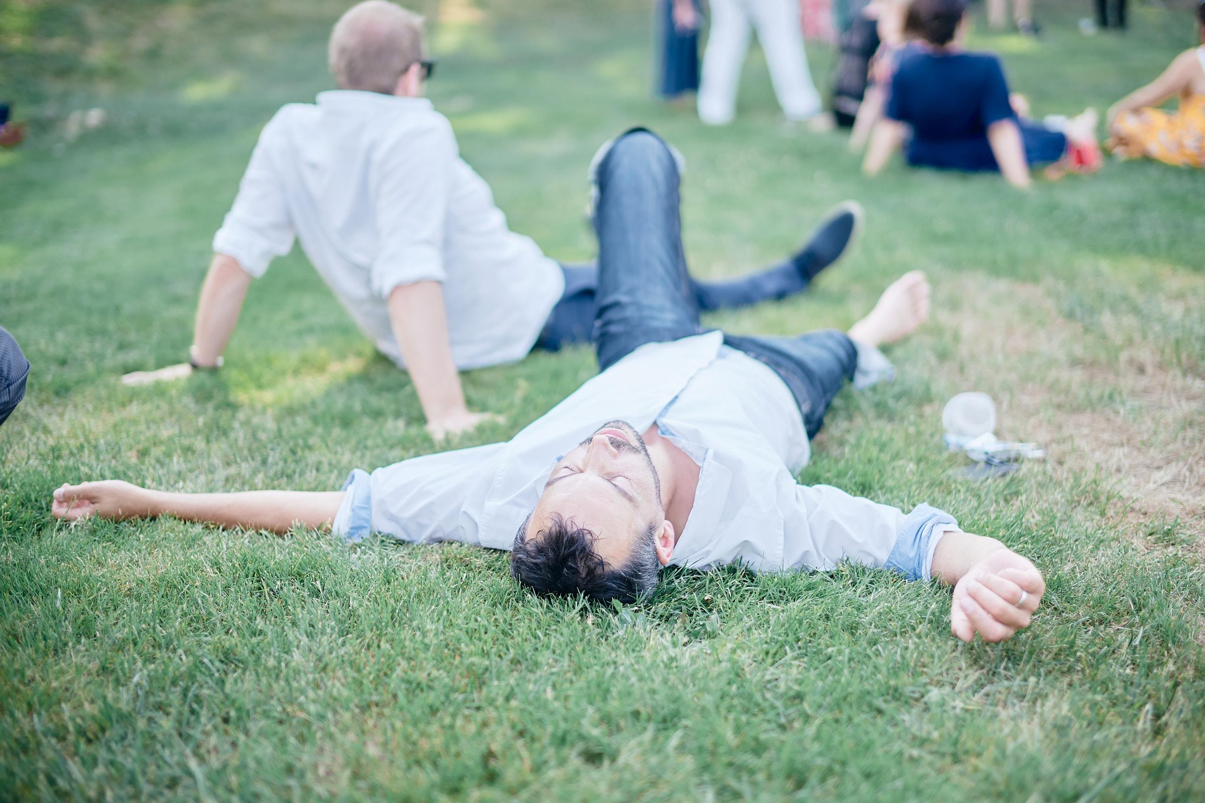 une pose pendant le mariage sur la pelouse de la clé des champs en ille et vilaine