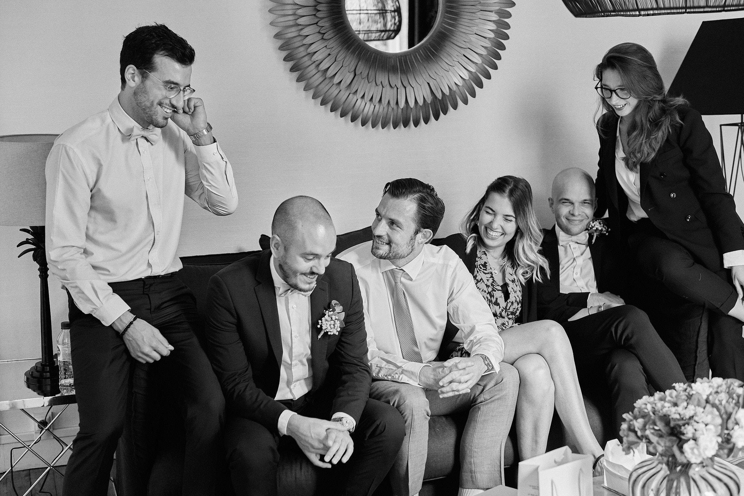 photo de groupe dans l'appartement du marié à rennes