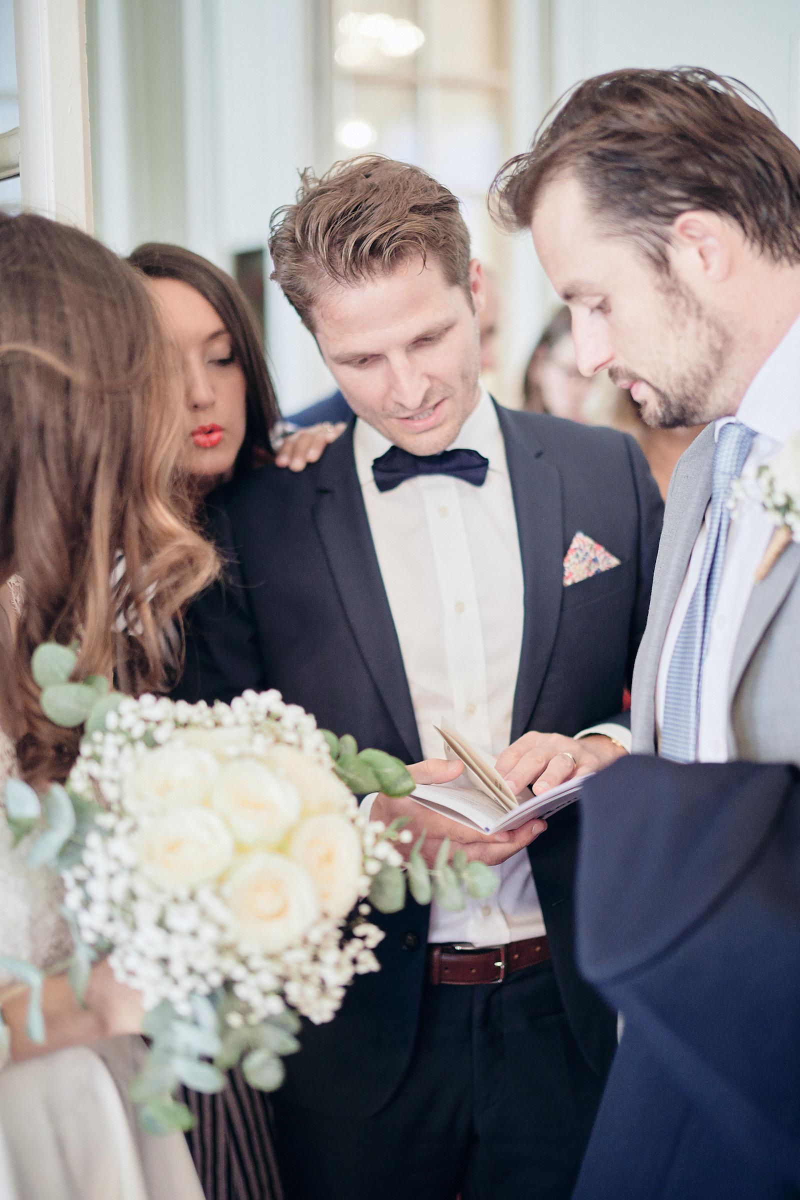 les mariés à la sortie de la salle des mariages de la mairie de rennes