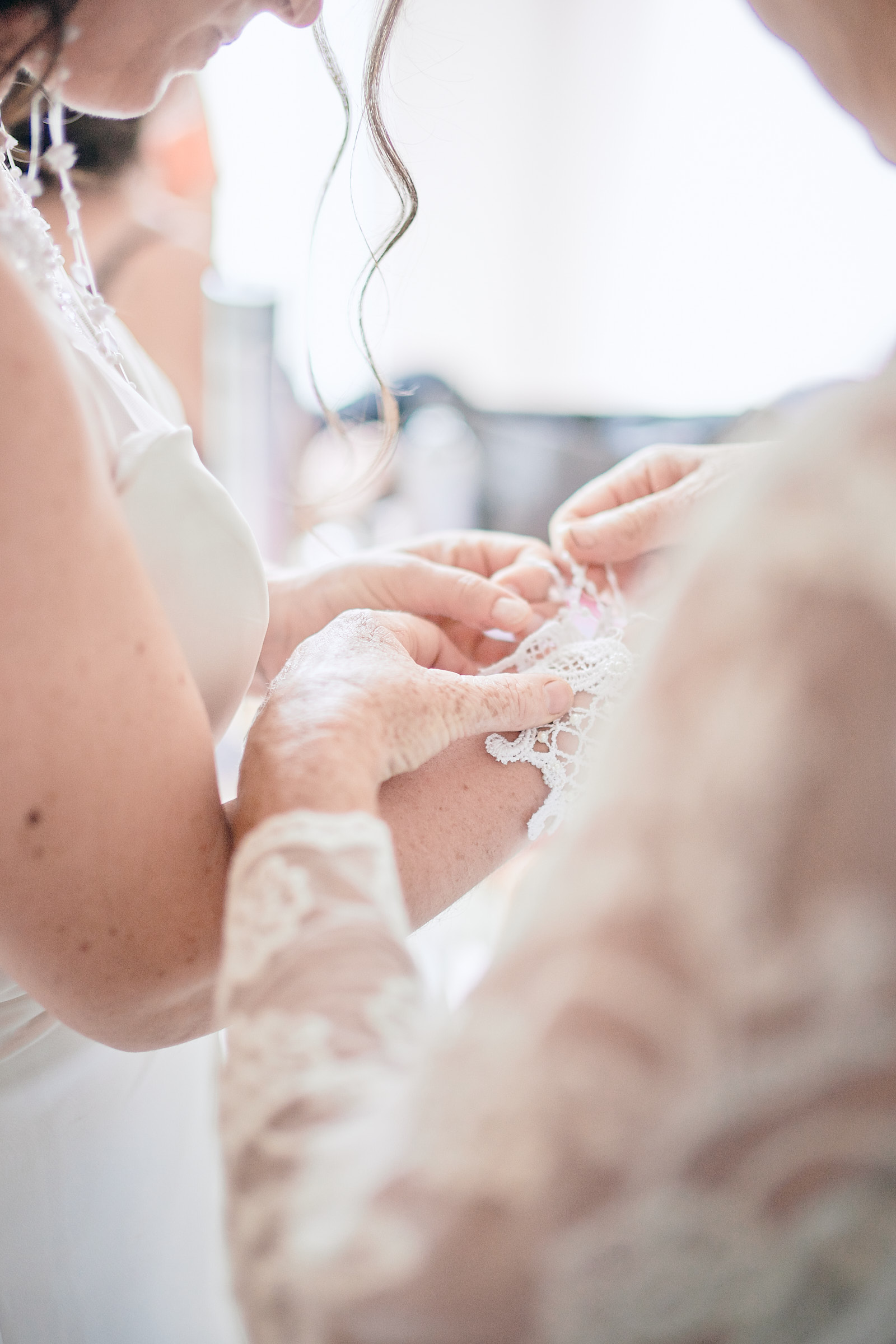 mise en place d'un bracelet sur le bras de la mariée