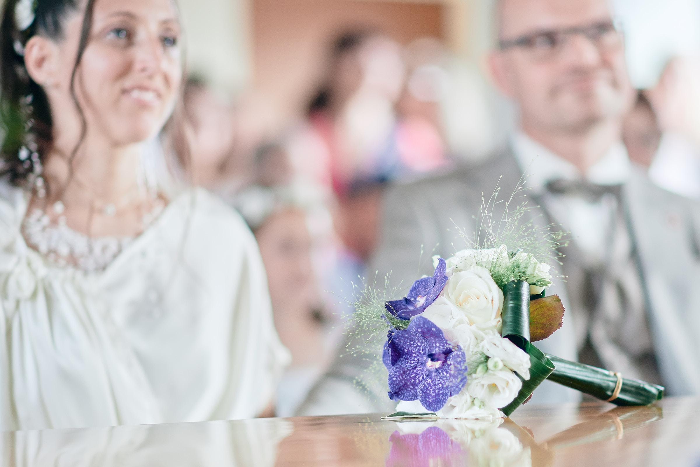 bouquet de la mariée sur la table de la mairie le perrier