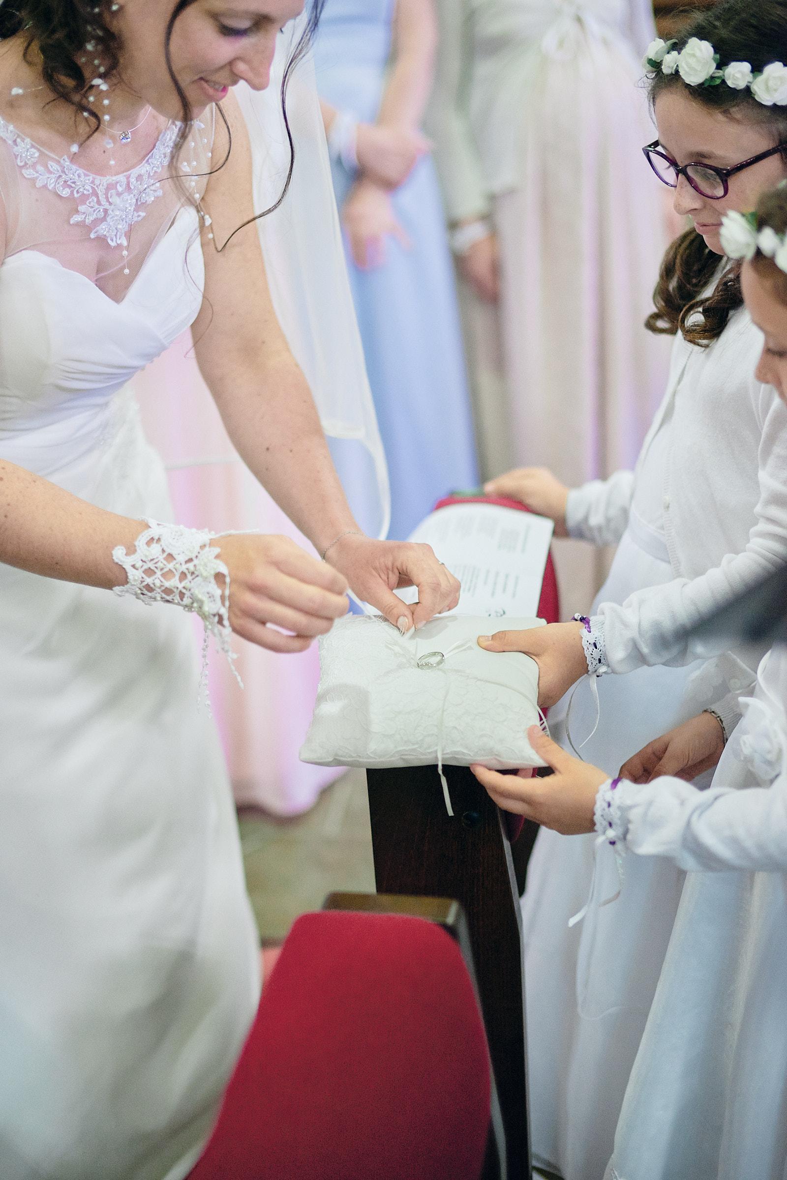 la mariée prend l'alliance