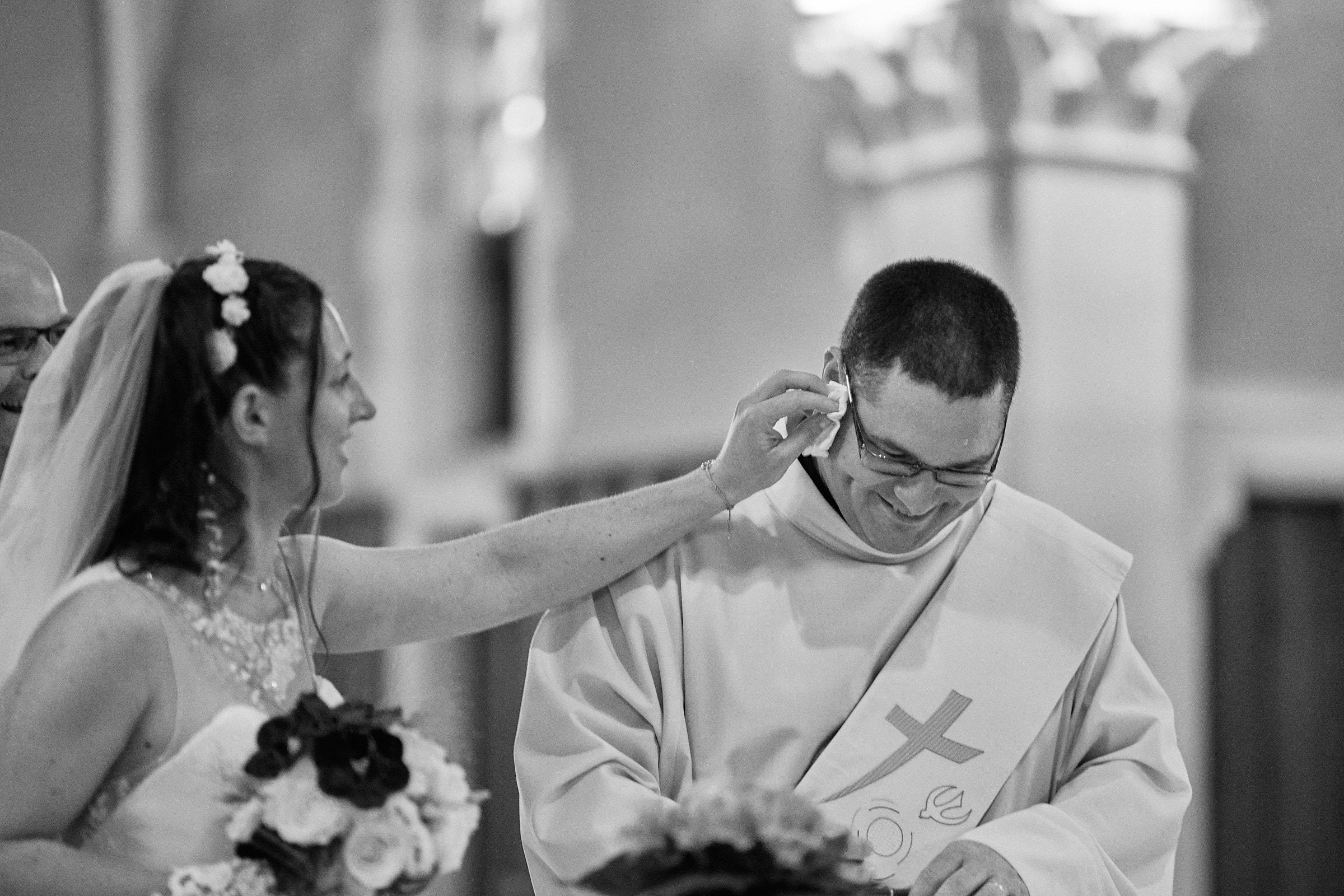 la mariée éponge le front du diacre