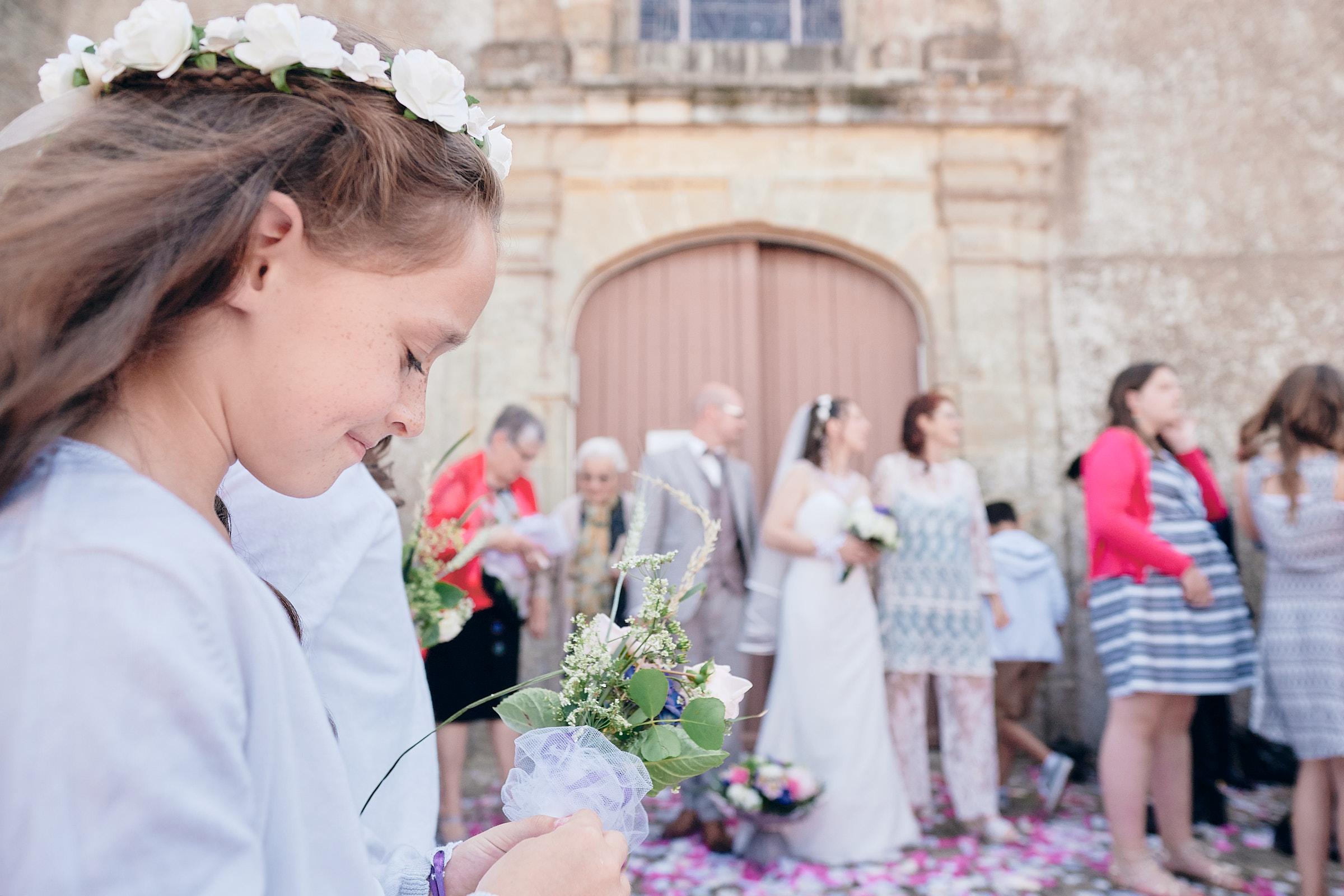 une des fille des mariés à la sortie de l'église