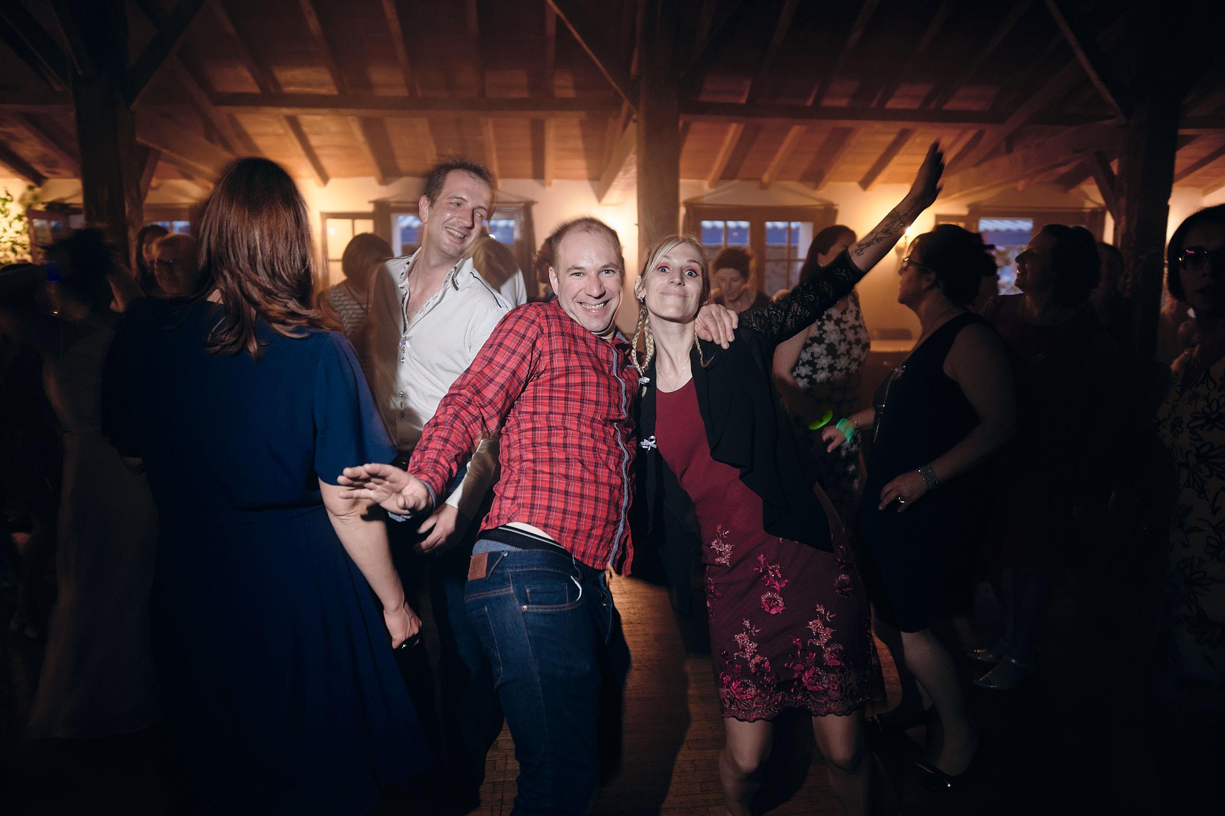 les invités pendant le bal du mariage à la jalonnière