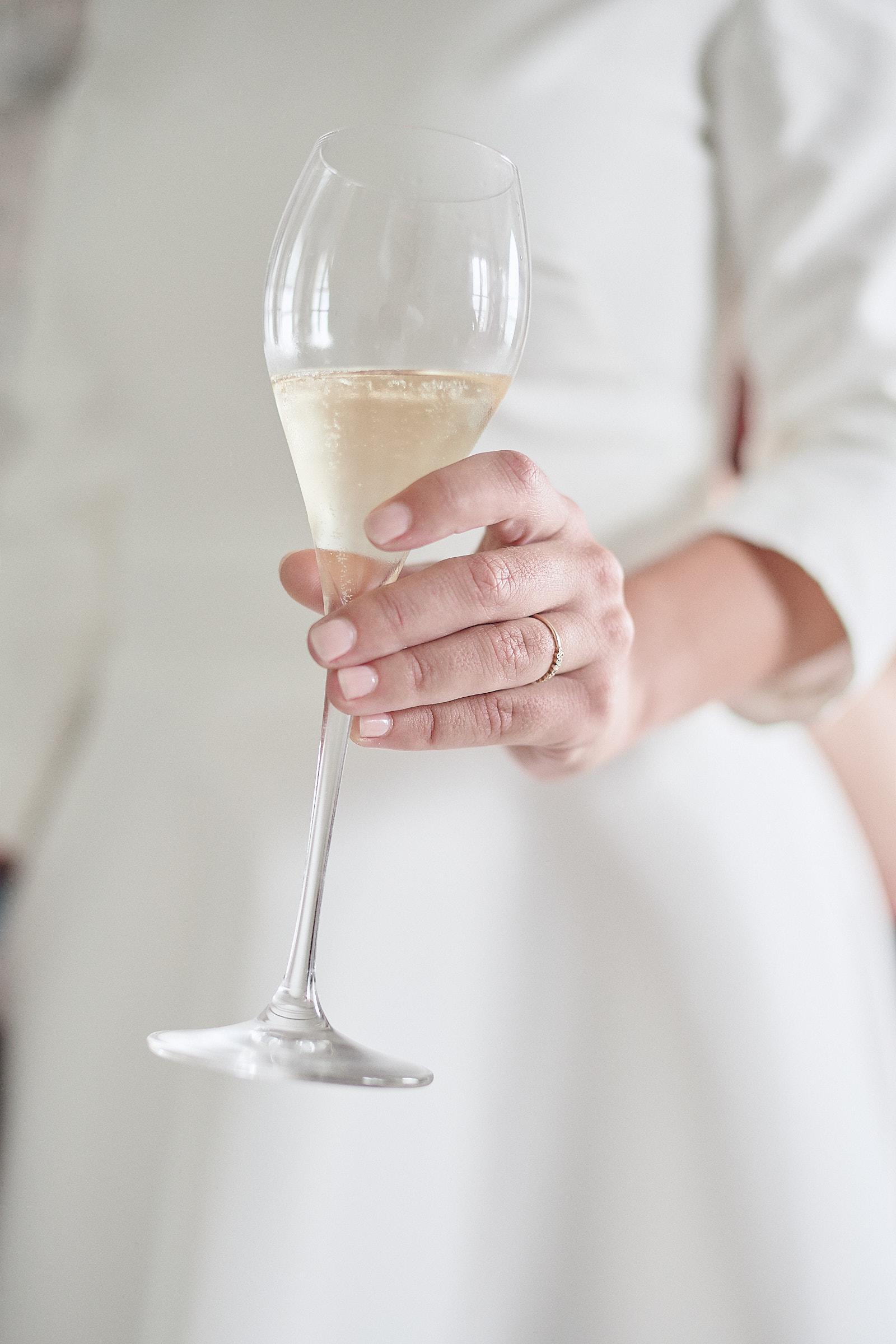la mariée tient une coupe de champagne