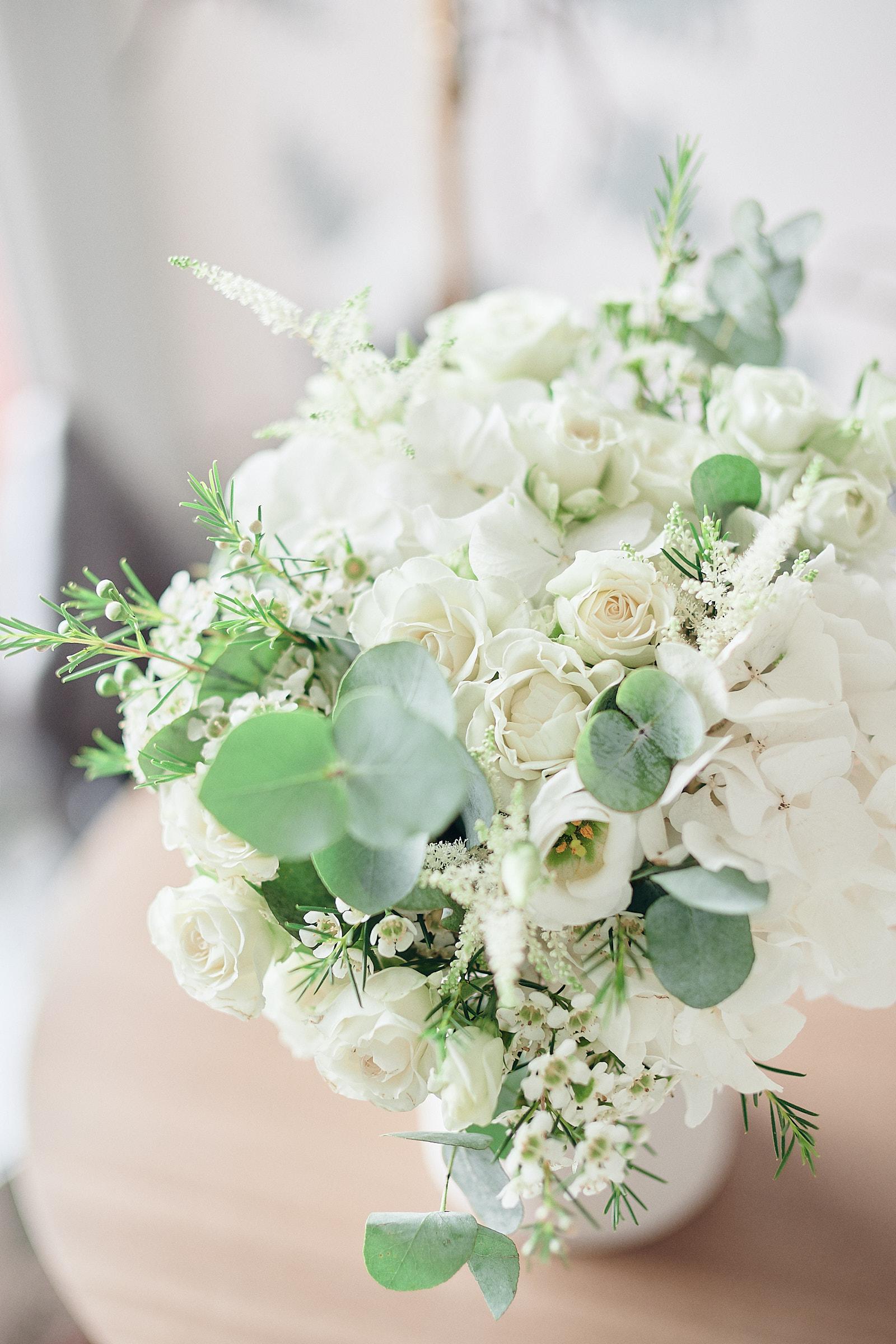 le bouquet de la mariée sur une table de la chambre de l'hotel castelbrac