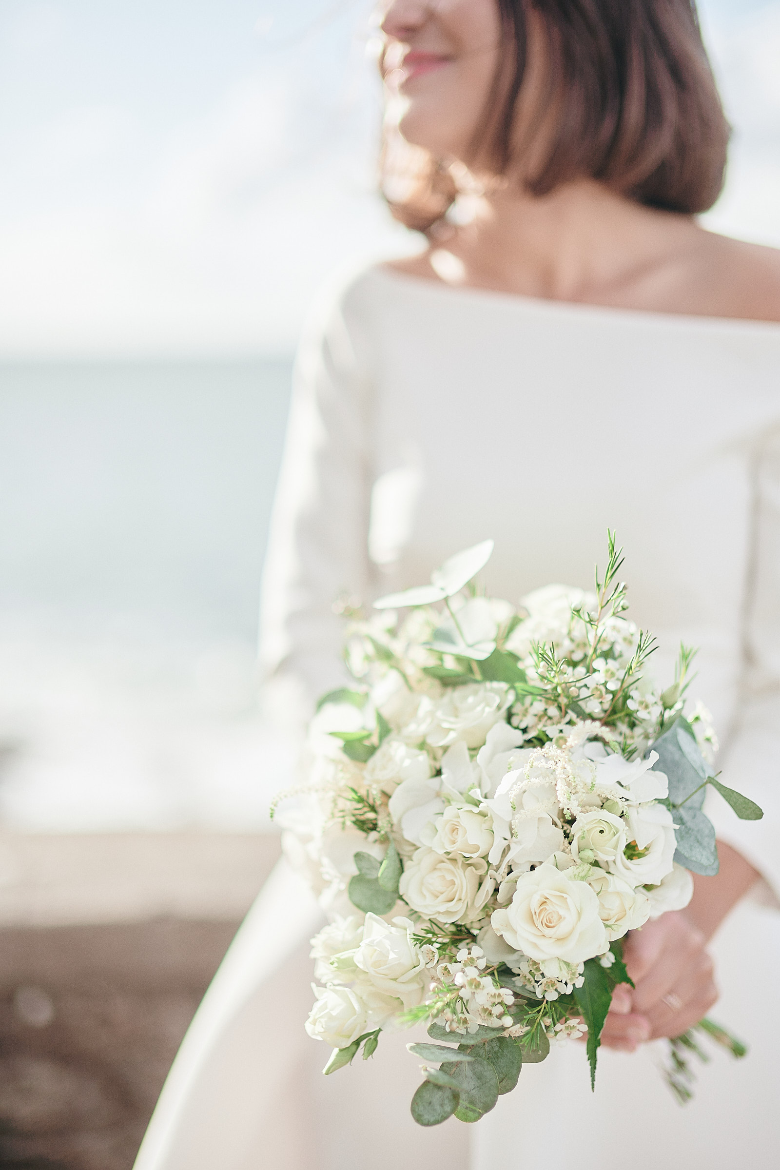 la mariée et son bouquet devant la mer