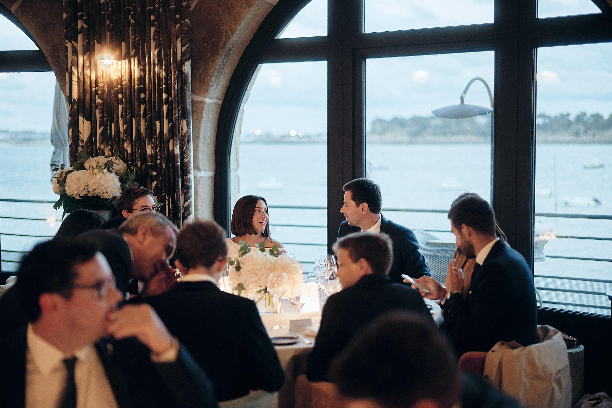 debut du repas dans la salle du restaurant de l'hotel castelbrac à dinard