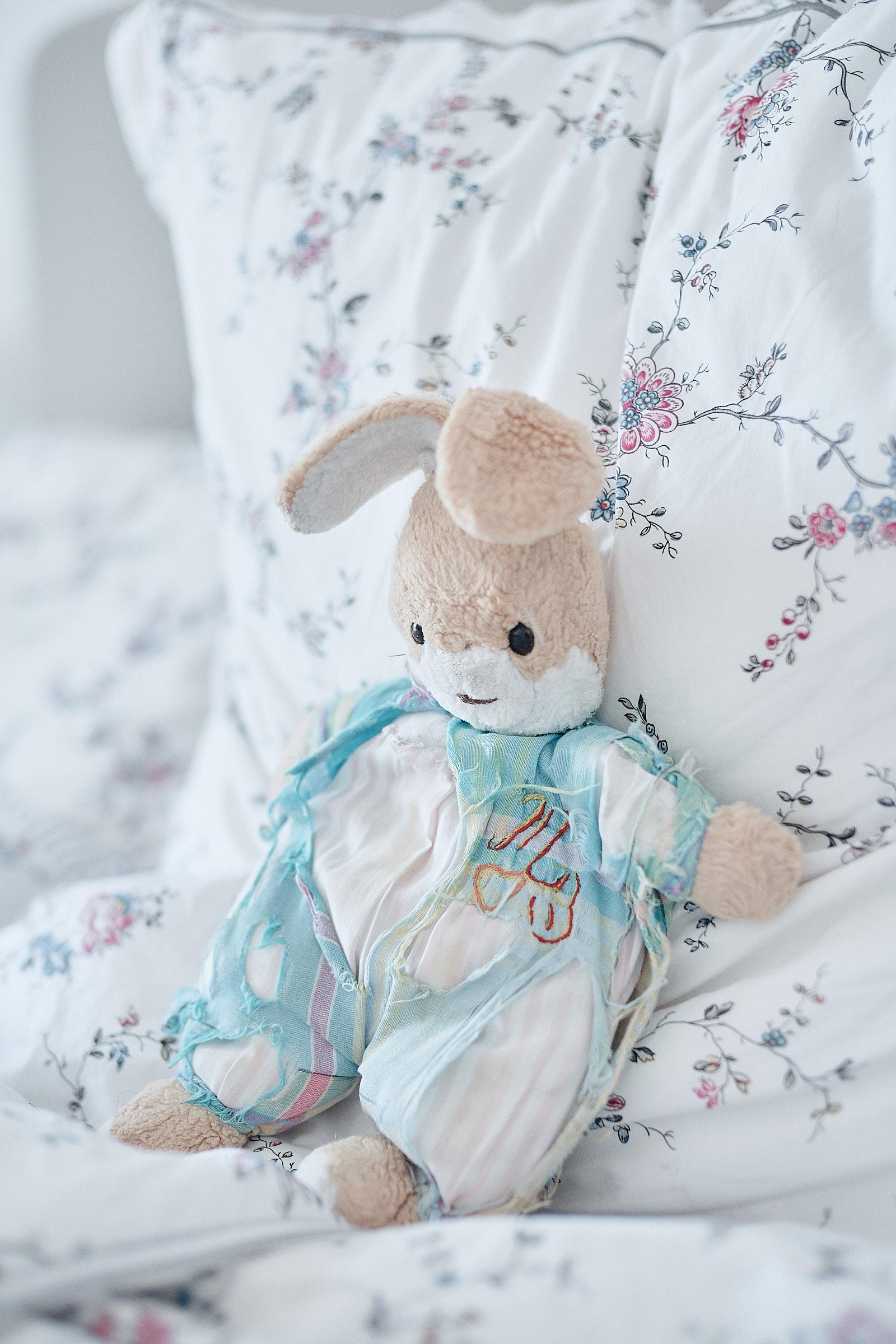 doudou posé sur le lit pendant les préparatifs