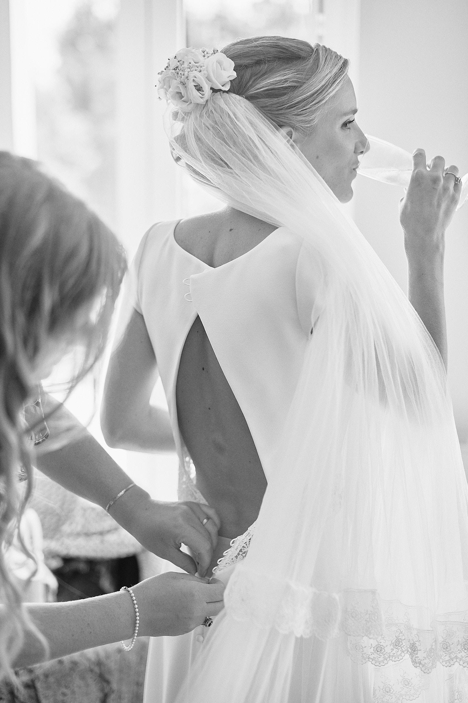 la mariée boit une coupe de champagne
