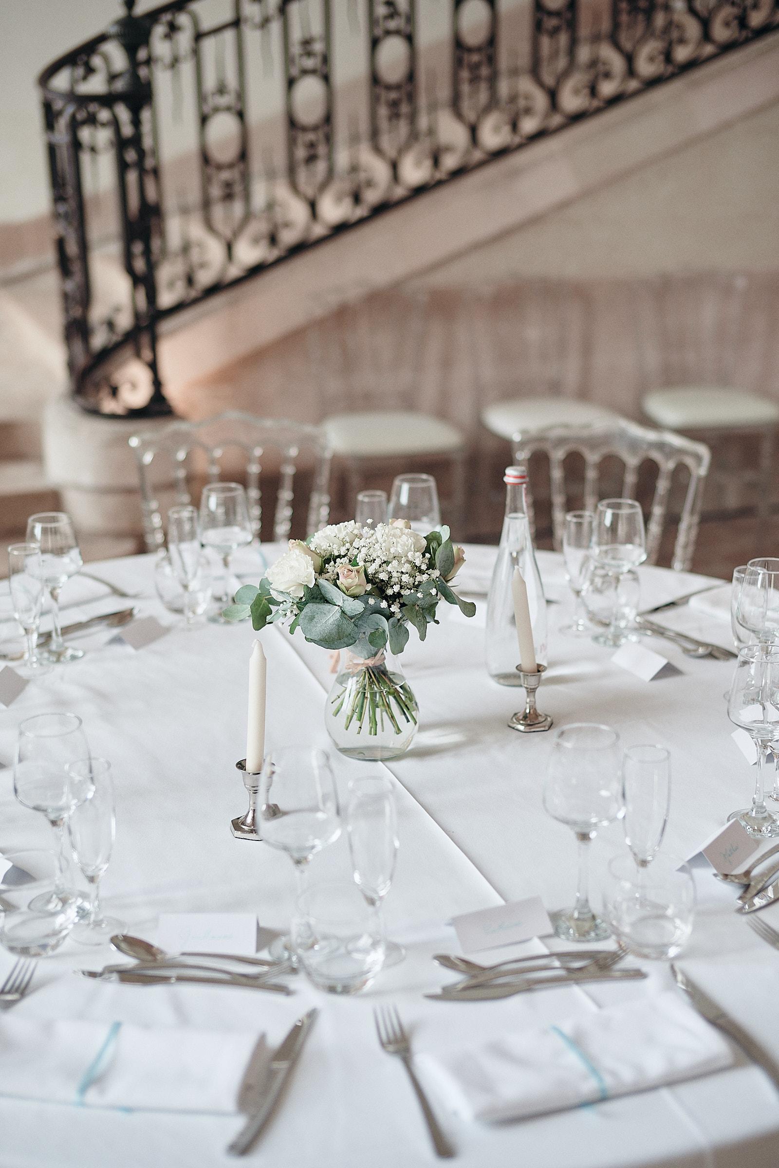 détail de dressage de table au château de Loyat