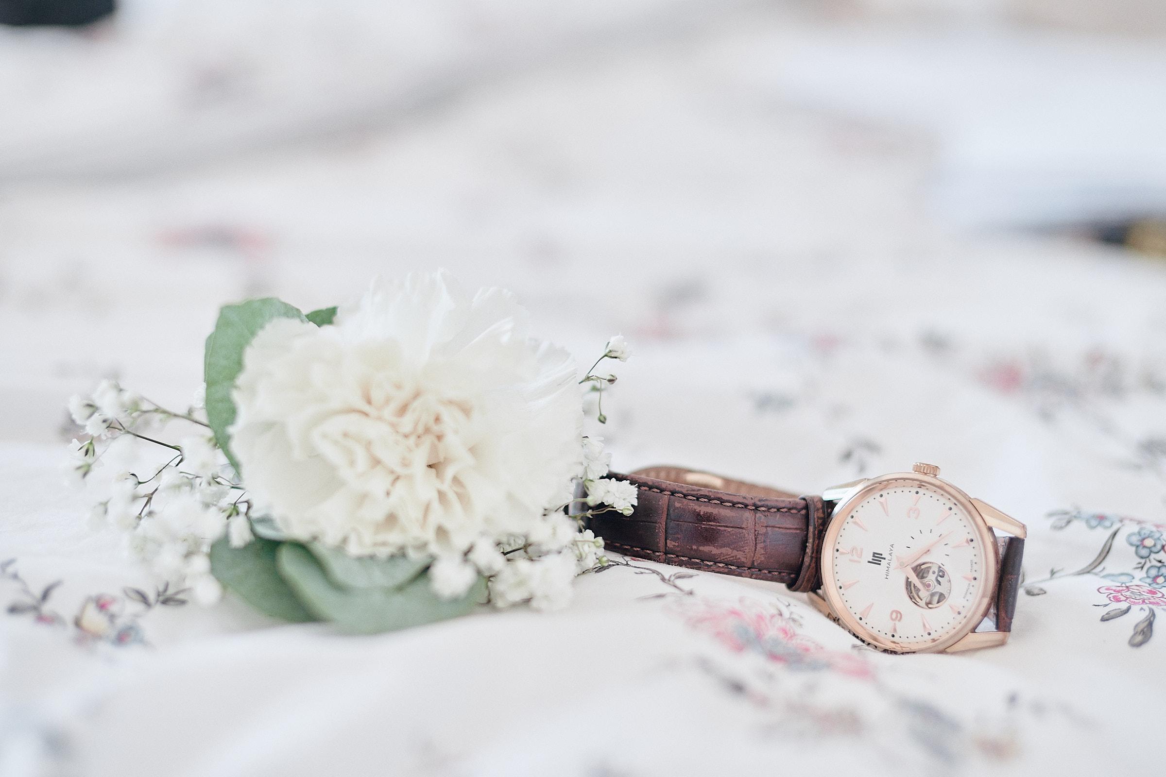 la boutonnière et la montre du marié