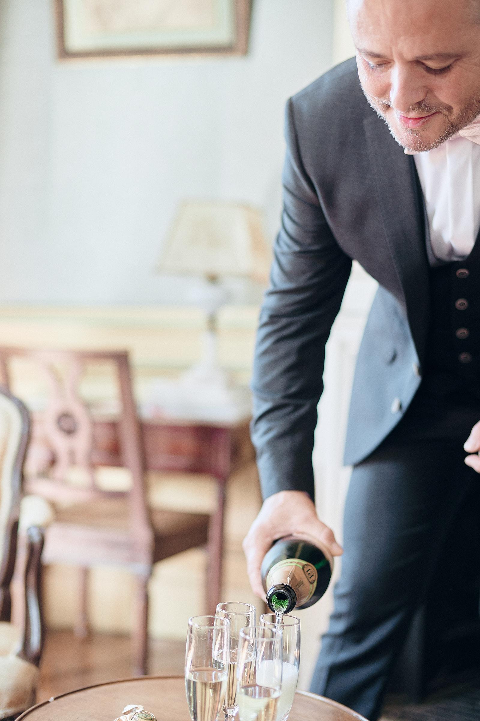 le marié sert du champagne à ces témoins