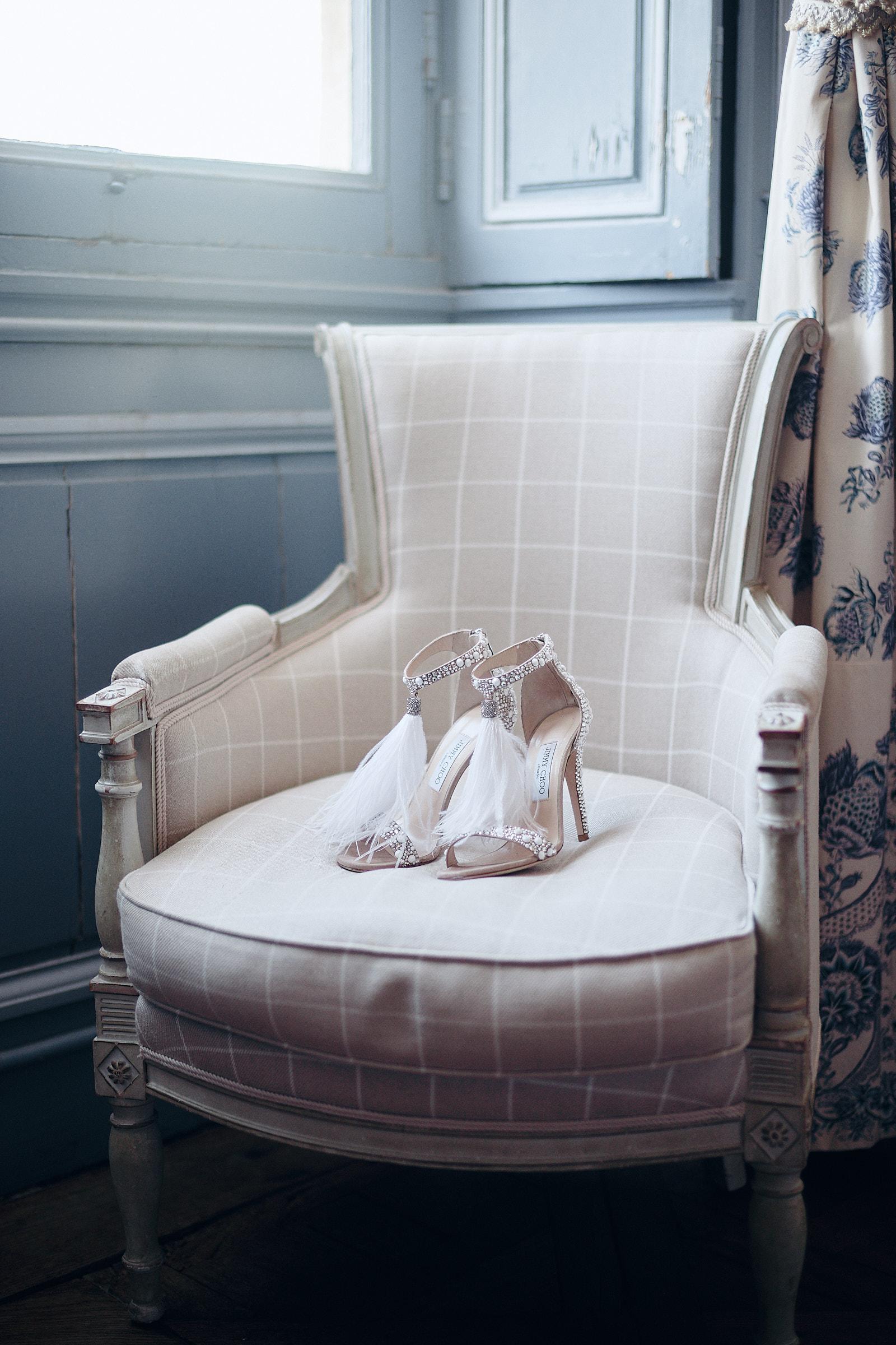 chaussures jimmy choo sur un fauteuil de la chambre bleue du chateau de craon
