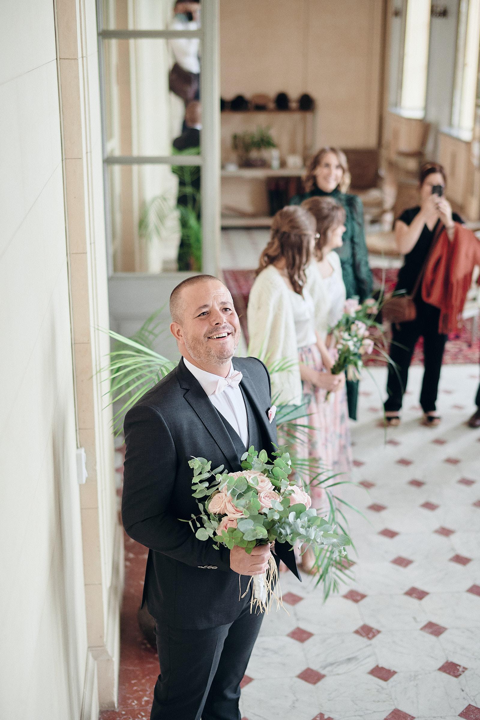 le marié regarde la mariée descendre l'escalier du chateau de craon