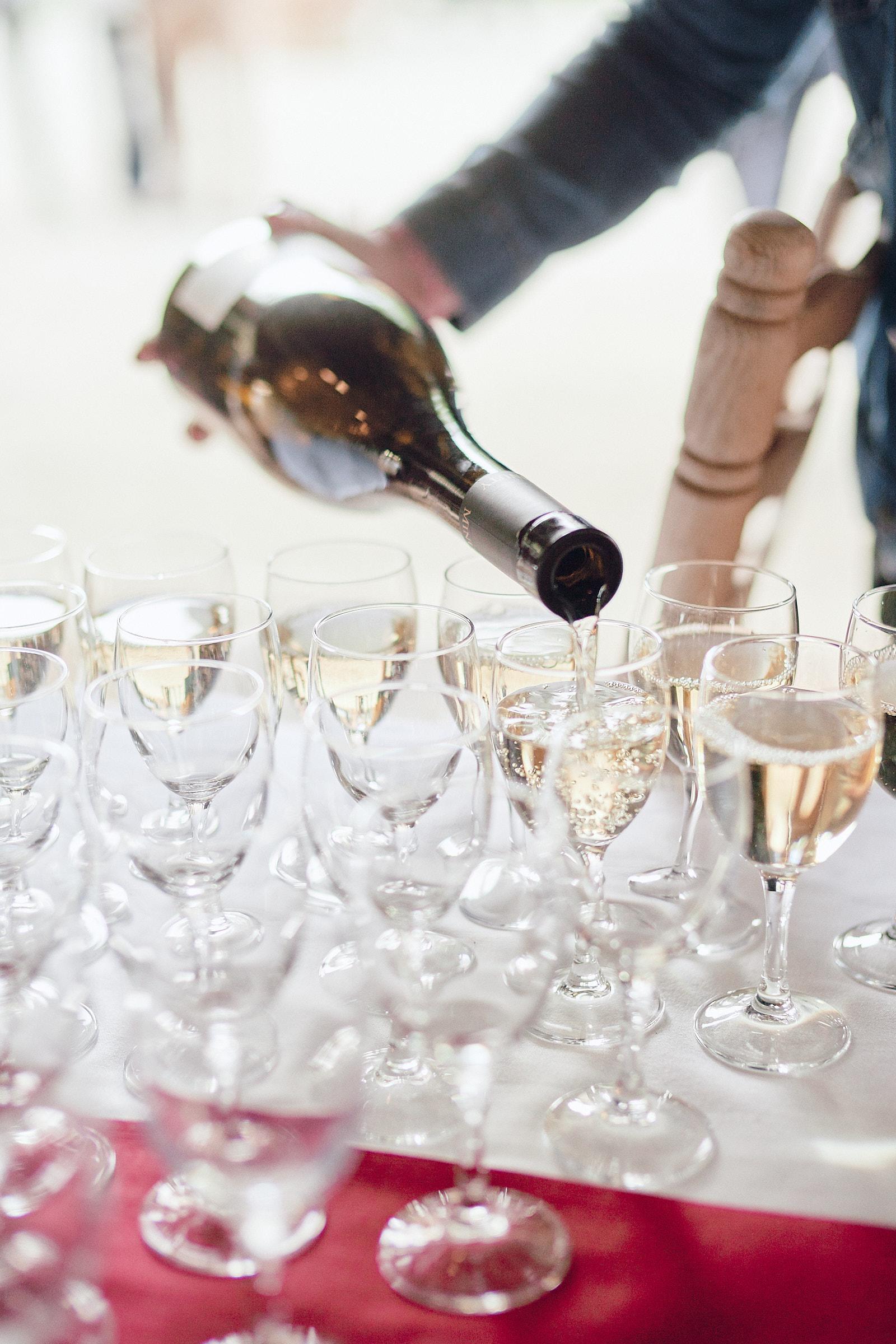 le serveur rempli des verres de vin