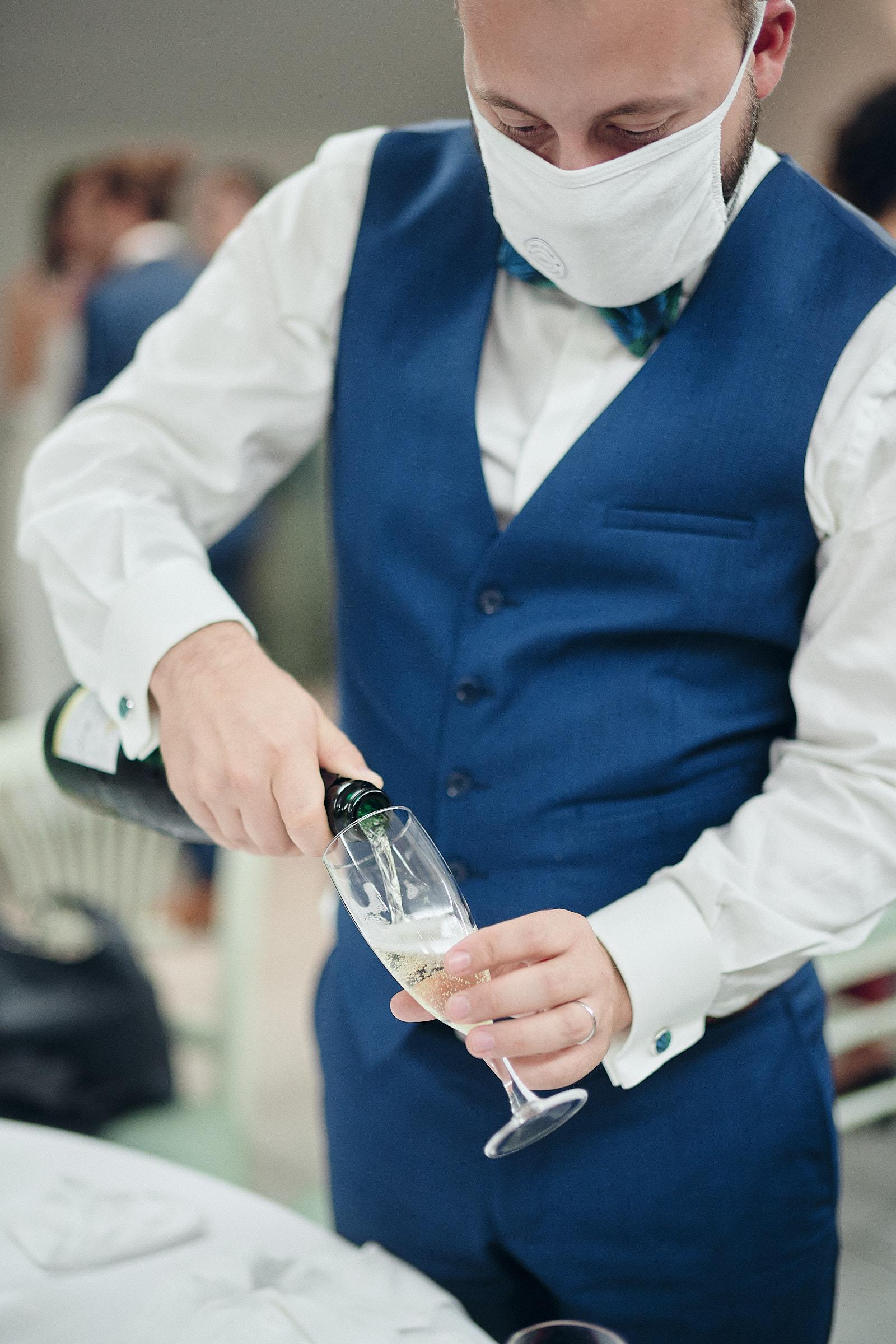 le marie sert une flute de champagne