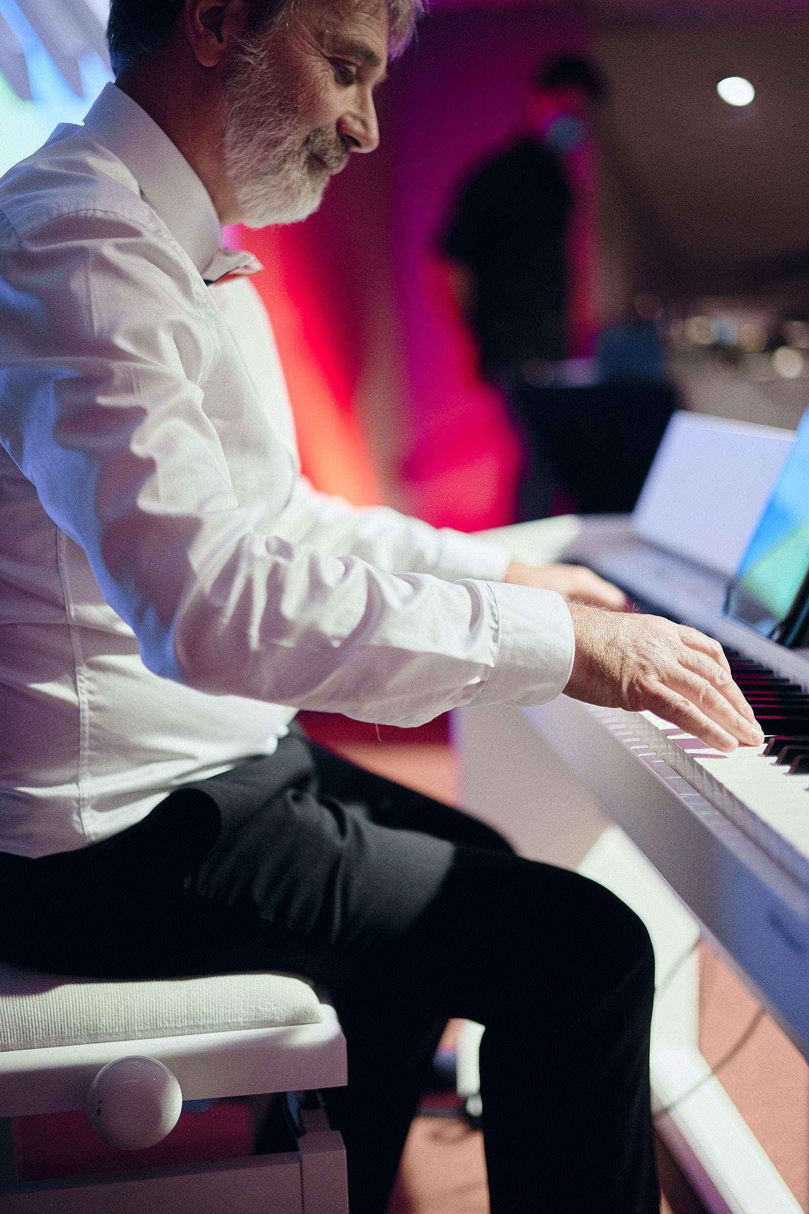 le pere de la mariee jouent du clavier pour les maries