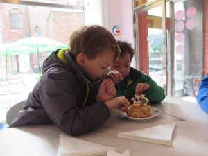 kids eating cake
