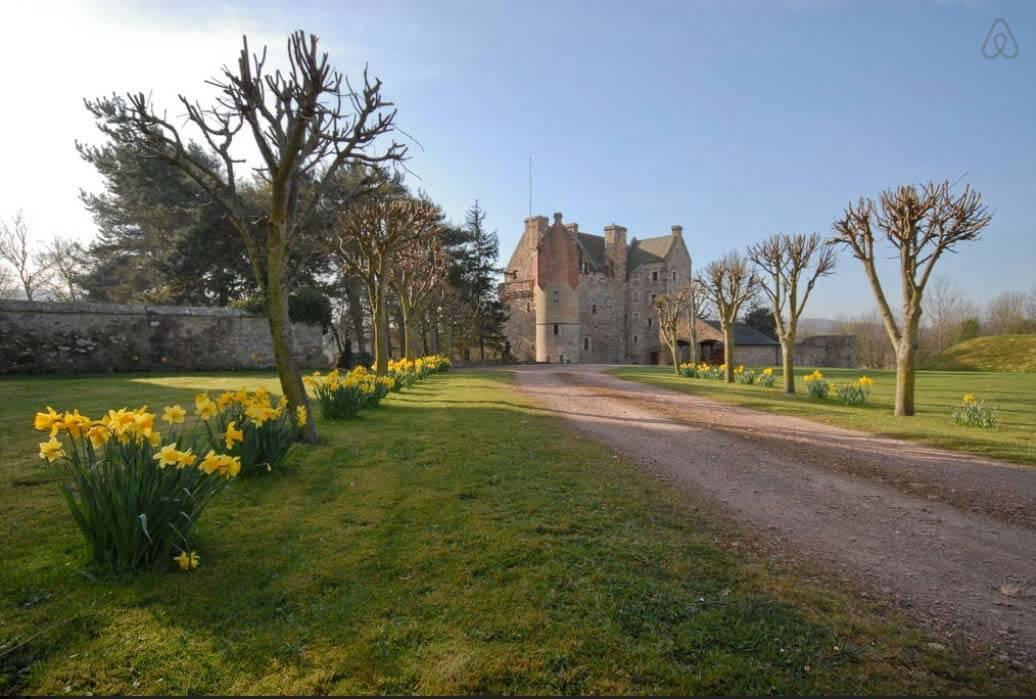 Besondere-Airbnb-unterkünfte-Dairsie-Castle-Schloss-in-Schottland-Grundstück