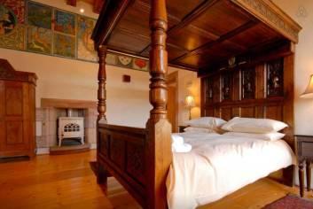 Besondere-Airbnb-unterkünfte-Dairsie-Castle-Schloss-in-Schottland-Himmelbett