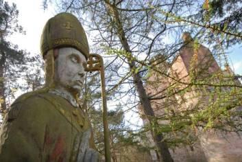 Besondere-Airbnb-unterkünfte-Dairsie-Castle-Schloss-in-Schottland-Statue