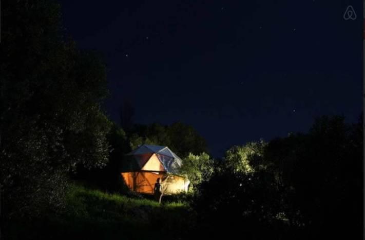 Besondere-Airbnb-unterkünfte-Geodäsischer-Dom-nachts
