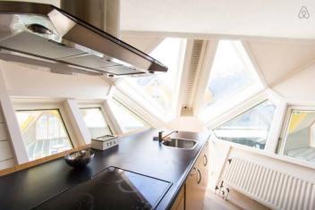 Besondere-Airbnb-unterkünfte-in-Europa-Cubehouse-Rotterdam-Küche