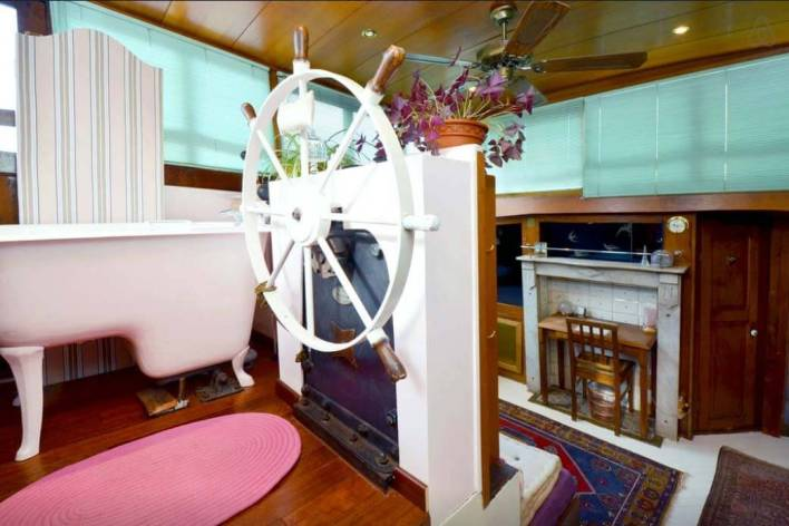 Besondere-Airbnb-unterkünfte-in-Europa-Hausboot-Paris-Wohnzimmer
