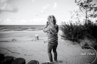 kleines Mädchen fotografiert das Meer