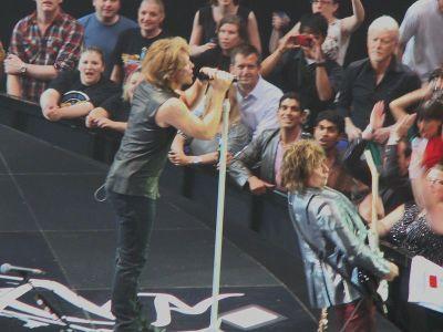 800px-Bon_Jovi_O2_Arena_Circle_Tour