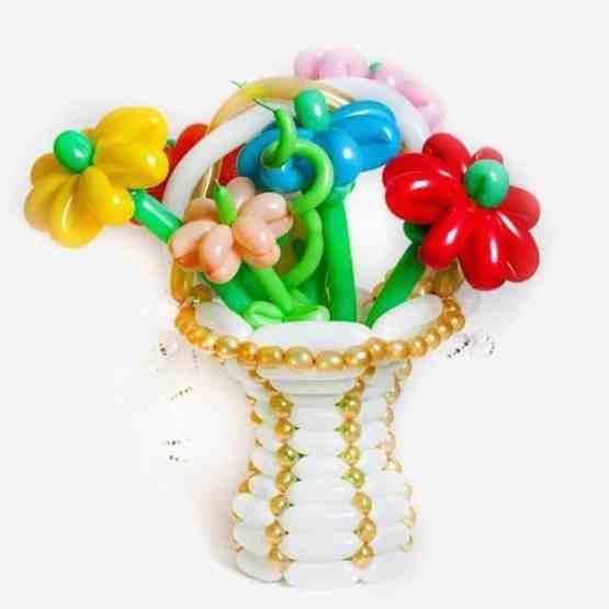 Букет из шаров в большой корзине