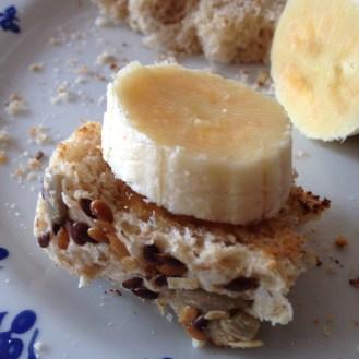 Pão com banana e mel (escondido embaixo da banana, prendendo-a ao pão). Hábito herdado do meu avô...