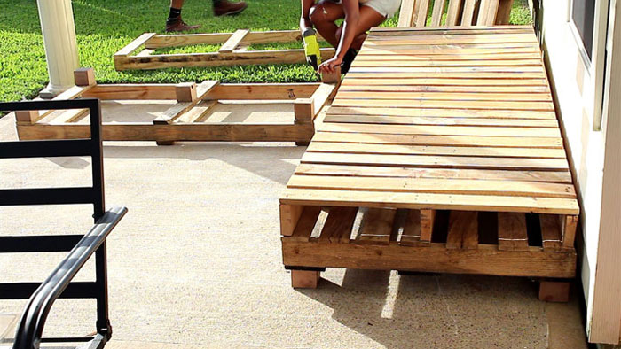 Pallet Furniture DIY – Patio Sectional – Angela East