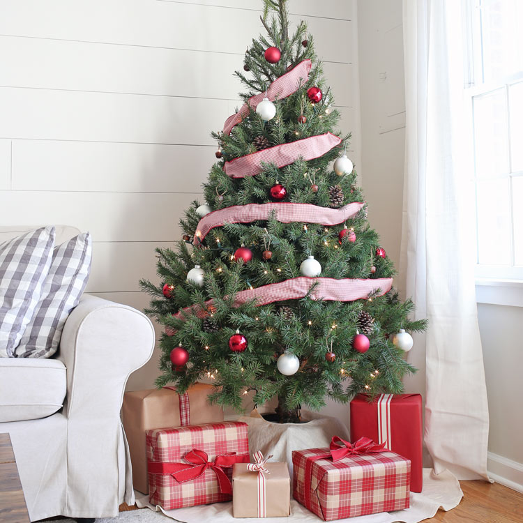 White Christmas Trees Ideas: Rustic Red And White Christmas Tree Decor