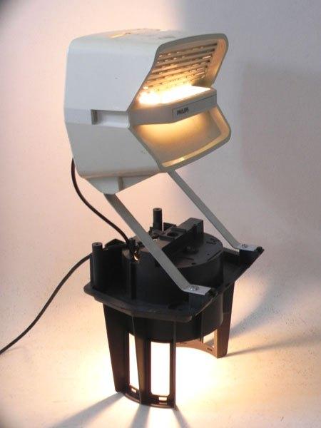 Aspilips. Recyclage lumineux d'aspirateur cassé. Sculpture.