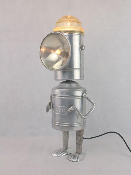 Caferne. Robot assemblage d'objets en aluminium: lanterne, anses, pot à café, moules à madeleine.