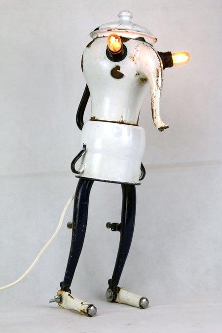Cafourche. Sculpture lampe recup avec gamelles et vélo. Assemblage d'une cafetière, d'un pot et un morceau de fourche de vélo.