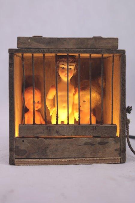 CagaoizoPT. Assemblage cage à oiseaux et poupées de collection. Histoire d'échelles, Lampe curieuse.